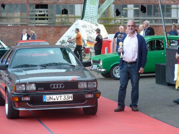 Zum 30. Geburtstag des Audi's gab es einen Pokal. (Pokal in der Hand: Frank....)