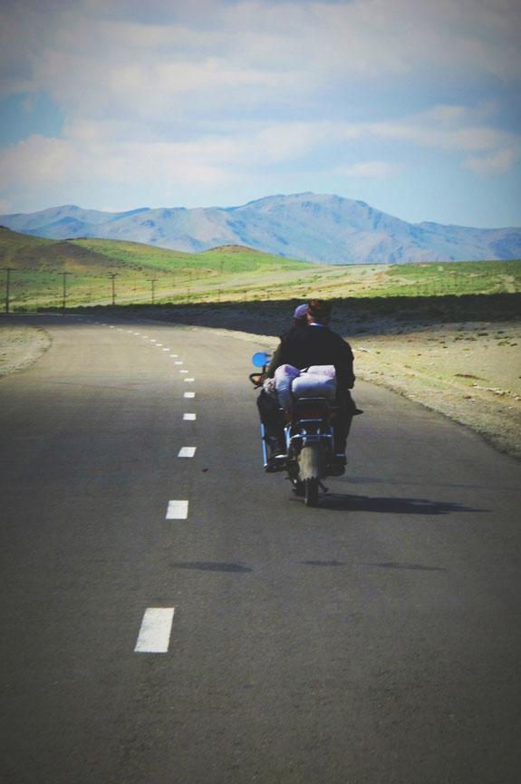 bigousteppes mongolie frontière moto route camion