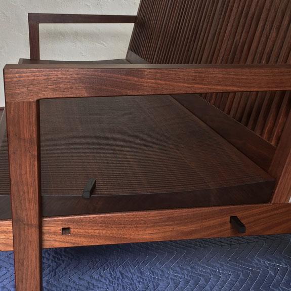 ウォールナットベンチ座面とフレームの込み栓止め部分・座面は鉋目仕上げ