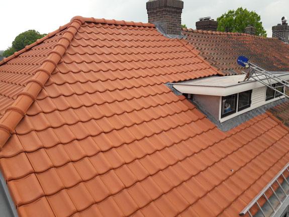 Dakrenovatie met nieuwe dakpannen en zinken dakgoten. Bij platte daken hebben we nieuwe bitumen dakbedekking aangebracht en bij dakkapellen zinken dakbedekking met kraal