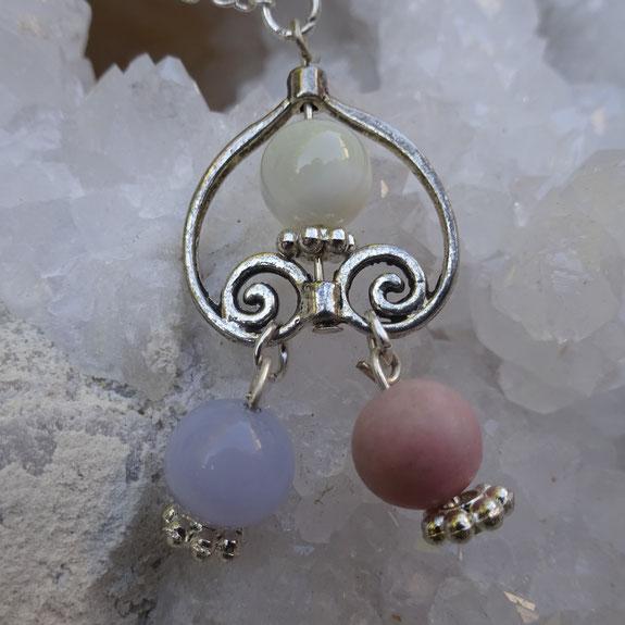 Opale rose, nacre, calccédoine bleue, Pierres de Lumière Saint Rémy de Provence, pierre roulée, pierre brute, galet, lithothérapie, vertus, propriétés, ésotérisme, Fluorine, aigue marine, nacre
