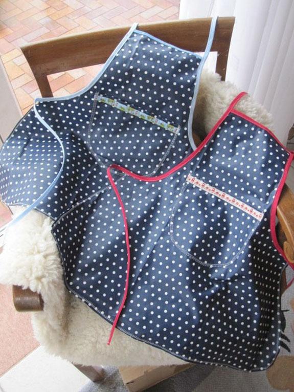 Zwei Schürzen aus beschichteter Baumwolle für meine zwei kleinen Küchenhelfer und Filzkünstler...