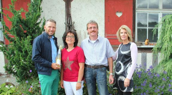 Bodensee Secco zum Jubiläum, überreicht von Nicole Friemauth und Matthias Eisele, im Bild mit Wolfgang und Beate Bach.