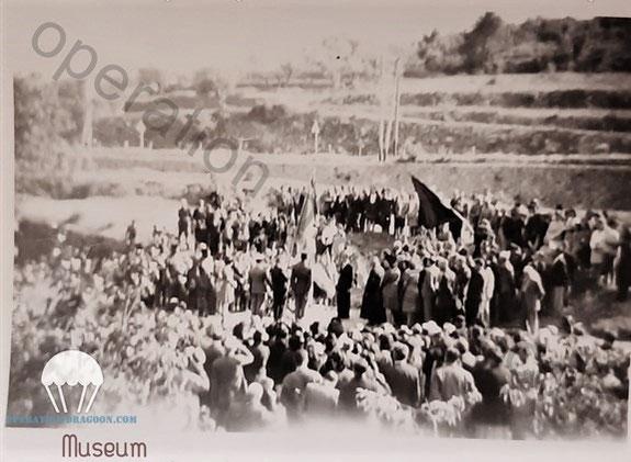 Unique photo connue à ce jour de l'inauguration de la stèle des 3 parachutistes tués à l'entrée du village. photo prise depuis Trans, (Photo famille Barret.).