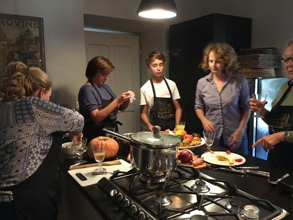 Cours de cuisine entre amis au château de Ventenac