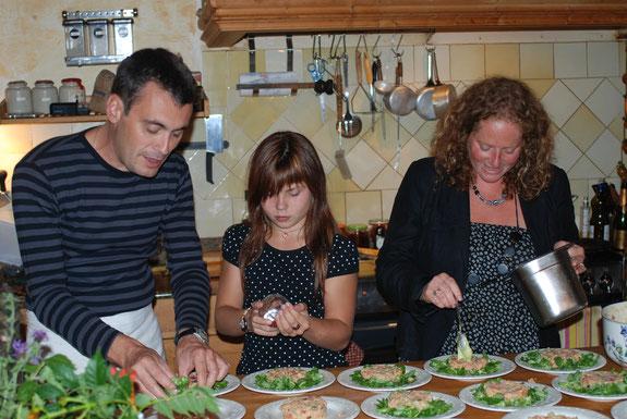 Cours de cuisine en companie de José et Sasha au Domaine de la Bonde. Tartare de truite bio aux fèves fraîches et baies roses
