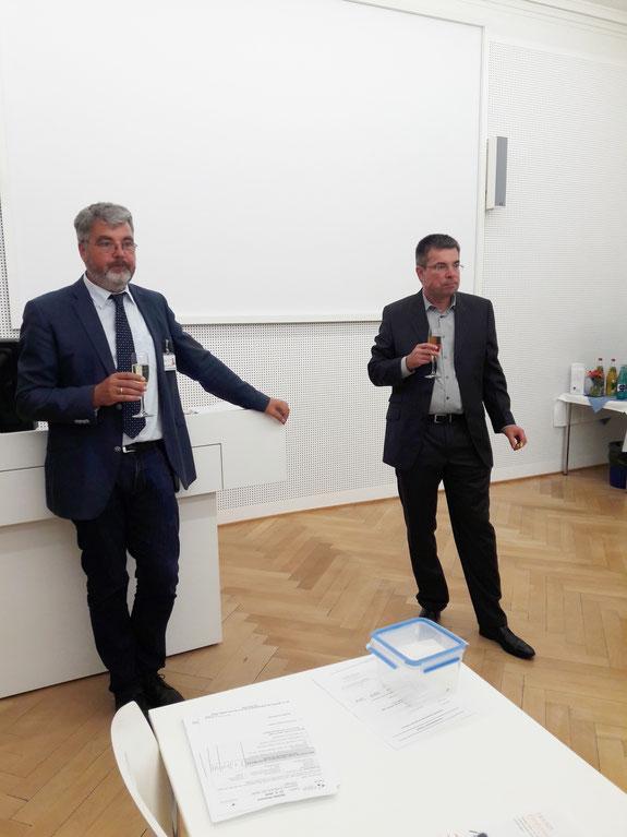 Prof. Gerhard Eschweiler (li.) und Prof. Andreas Fallgatter (re.) erklären die Ziele des Fördervereins dem Publikum