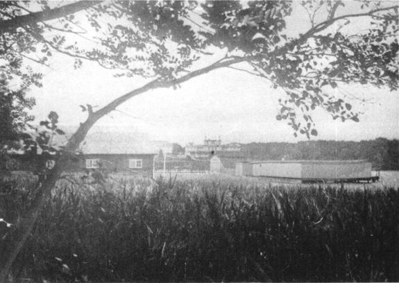 Im Vordergrund das Bootshaus, dahinter die alte Badeanstalt und das alte Kurhaus.