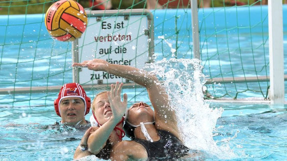 Auch die Wasserball-Frauen schnenkten sich nichts im Kampf um den Ball. Hier eine Szene aus der Begegnung TKJ Sarstedt gegen Zepta Ter Apel aus den Niederlanden. Foto: Jens Witte.