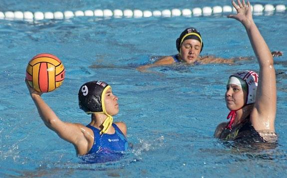 Wasserballerin Julia Müller (mit Ball) glich im Finale der Norddeutschen Meisterschaft der U17 aus, danach drehte ihre Mannschaft auf und siegte. Foto: Jürgen Schimmelpfennig