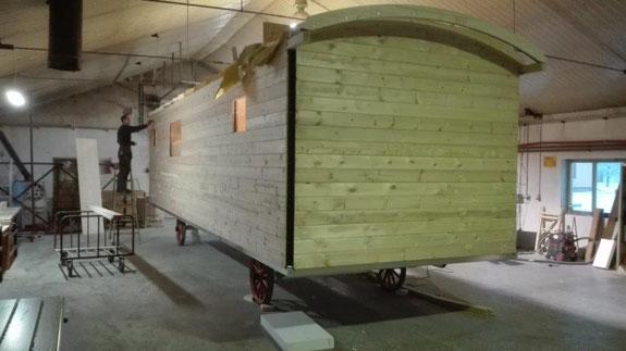 La structure  de la nouvelle  roulotte  du clos des sorgues ,les murs et le toit