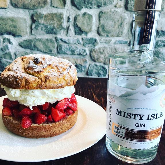 Hillstone Misty Strawberry Shortcake mit Misty isle Gin Flasche