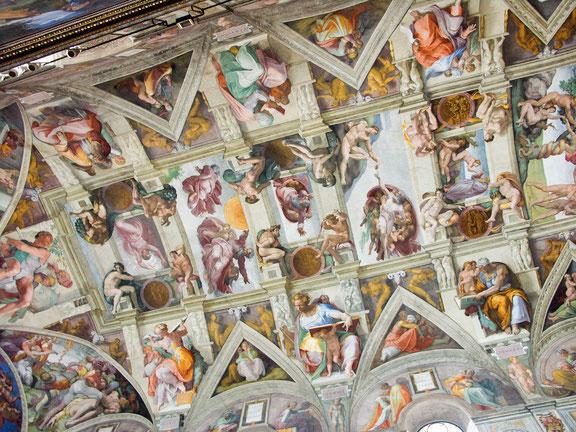 ミケランジェロがシスティーナ礼拝堂の天井を描き、完成までに約4年を要した。(1508-12年)
