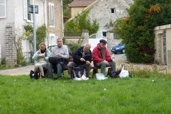 Pause du midi pour se restaurer un peu, chacun a trouvé de quoi s'asseoir