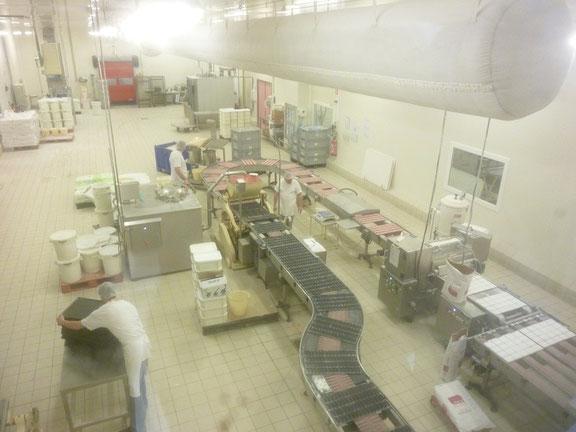 Dans l'atelier de fabrication, aperçu des chaînes de convoyage des produits