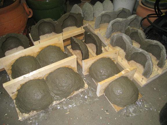 frisch geformte Nester für Mehl- und Rauchschwalben; zum Trocknen aufgestellt