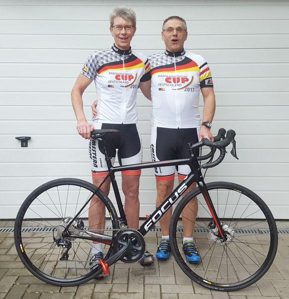 Stolze Träger des Finisher-Trikots sind die beiden erfahrenen Ausdauersportler Elke und Klaus Lübke