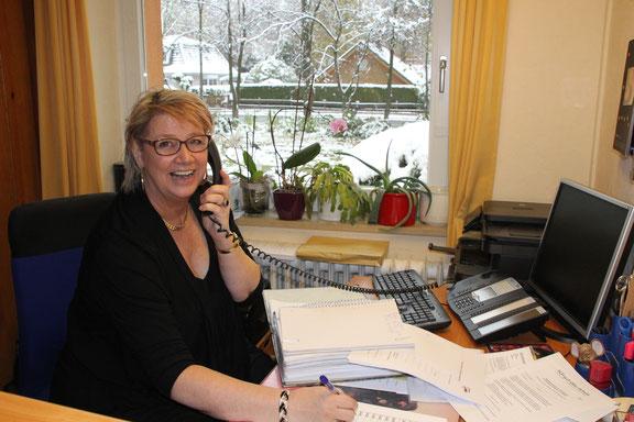 Bärbel Sahlmann ist eine Schulsekretärin, die groß und klein mit Rat und Tat zur Seite steht.  (Foto: Susanne Nowacki)
