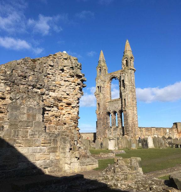 Die Ruinen von St. Andrews Cathedral in strahlendem Sonnenschein