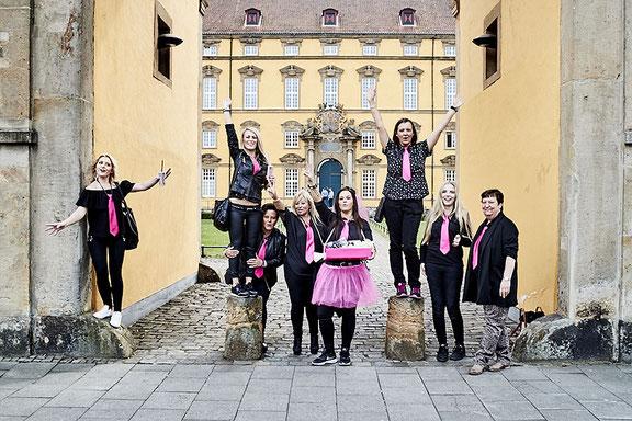 Kreatives Gruppenfoto beim Jga im Schlosspark in Osnabrück