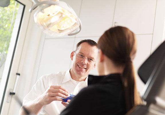 Fotograf aus Osnabrück fotografiert eine Reportage im Unternehmen eines Zahnarztes