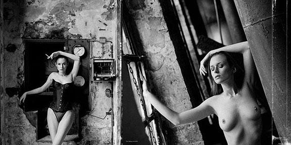Fotograf fotografiert stilvolle Aktfotos in einer Fabrik bei Osnabrück