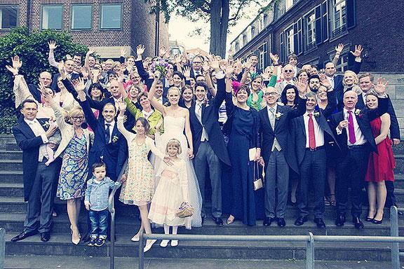 Gruppenfoto auf der Hochzeit in Düsseldorf am Rhein