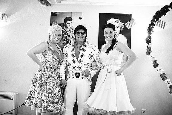Hochzeitsfotograf fotografiert Porträt mit Elvis Presley auf einer Hochzeit in Osnabrück
