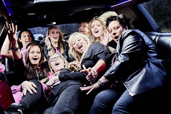 Partystimmung beim Junggesellinnen Abschied in Limousine in Osnabrück