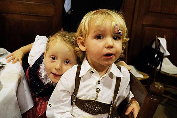 Hochzeitsfotograf aus Osnabrück fotografiert Kinder auf der Hochzeitsfeier