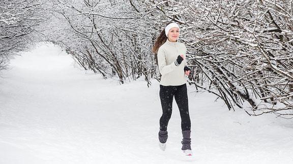 Frau beim Joggen im Schnee