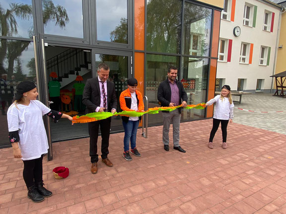 Gemeinsamer Scherenschnitt mit Schülern und Ortsbürgermeister Steffen Brehmer