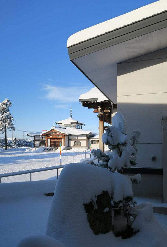 雪が止だ朝