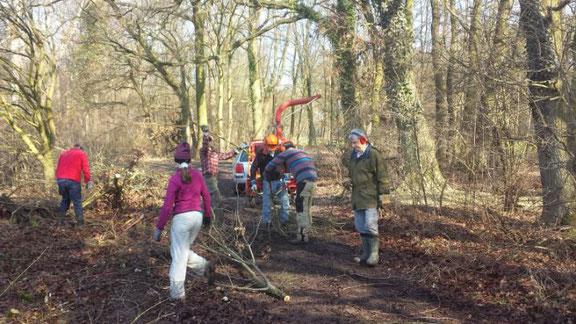 Links vom Weg ist die ehemalige Grabenparzelle als Vertiefung zu erkennen (dort wo gerade der Helfer mit dem roten Pullover steht…)