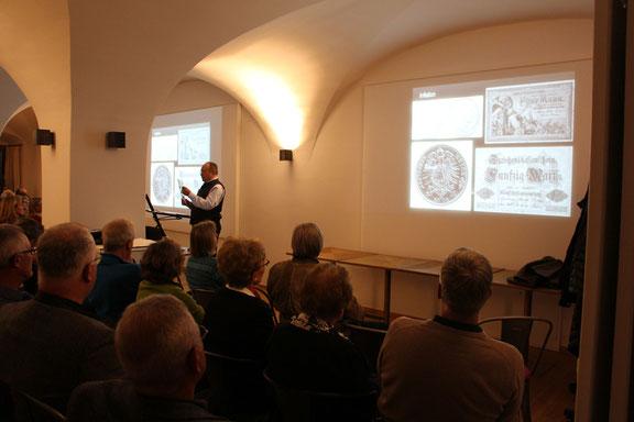 Bürgermeister Leonhard Wöhr beim Vortrag. Foto: Hatzl