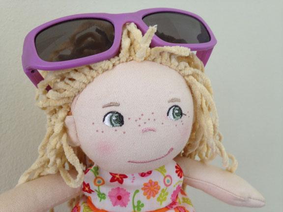 Puppe: Haba mit einer nicht empfohlenen Drogeriesonnenbrille