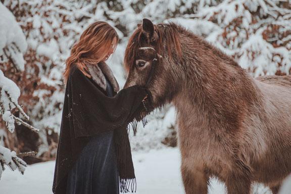 Beziehung Pferd verbessern, Pferdeseminar, Persönlichkeitsentwicklung mit Pferden, EponaQuest nach Linda Kohanov,  weiterbilden, persönlich Wachsen, Kurs Persönlichkeitsentwicklung, München, Pony, Umarmung