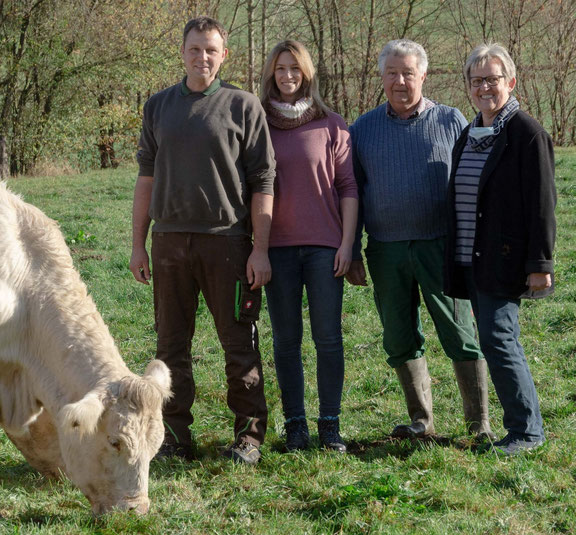 Auf der Wiese bei unseren Charolais: Dirk & Isabelle, Bruno & Andrea Fülling