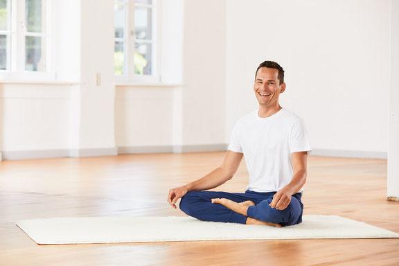 Kinderyogalehrer Florian Sprater stellt die Gummibärchen-Meditation vor.