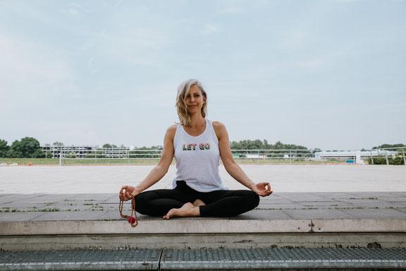 Mindful Mama Silja Mahlow gibt auf dem Yoga-Mama-Blog MOMazing Tipps für eine entspannte Adventszeit.