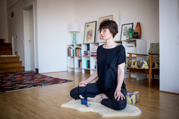 Mindful Mama Christina Waschkies gibt auf dem Yoga-Mama-Blog MOMazing Tipps für eine entspannte Adventszeit.