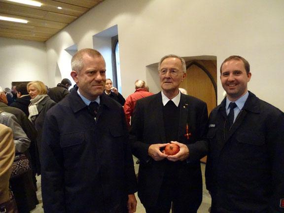 Für die Feuerwehr und den Verein gratulieren Georg Adams und Marc Saltenberger