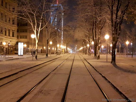 """Verschneite """"Stadtlandschaft"""" beim Franz-Josefs-Kai nahe dem Schottenring am Abend des 20.12.2016 - es handelt sich hierbei um sogenannten """"Industrieschnee"""""""