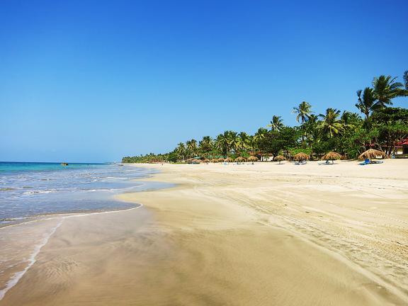 Menschenleerer Strand in Ngwe-Saung