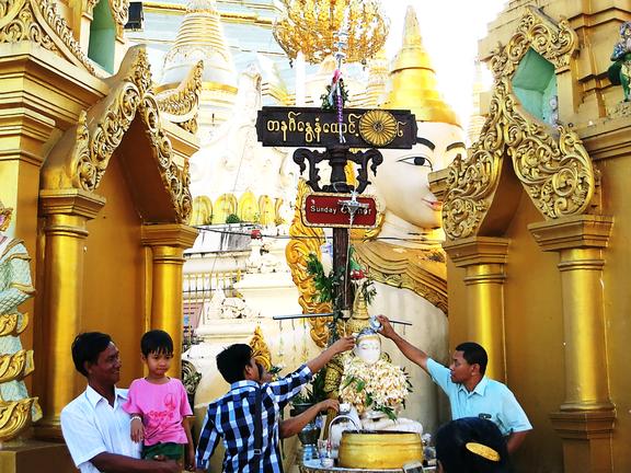 Geburtsschrein Garuda (geboren an einem Sonntag) an der Shwedagon Pagode