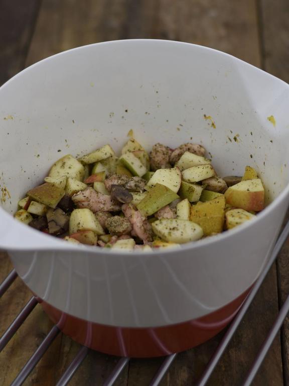 Gans vom Grill mit Rotkohl, Klößen, Extrasauce & Moosbeeren-Kompott