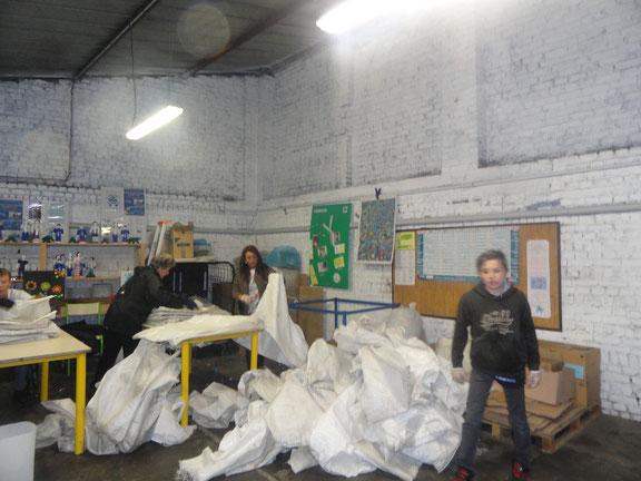 le pliage des sacs, dans le garage