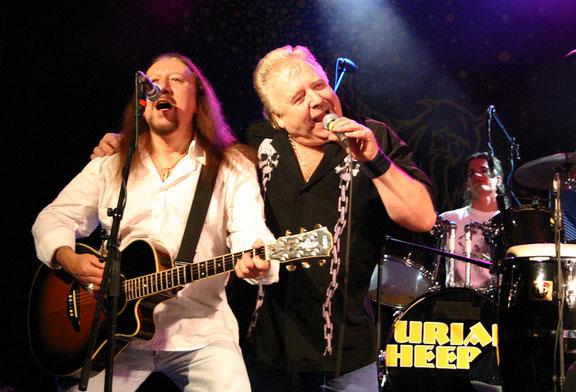 Die beiden Uriah Heep-Urgesteine Mick Box und Lee Kerslake hatten im Dezember 2004 viel Spaß bei ihrem umjubelten Unplugged-Auftritt im Ravensburger Konzerthaus. Ein klasse Konzert damals! Foto: Miche Hepp