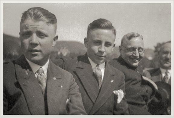 rechts im Bild: Lehrer Bernhard Gilberg, daneben Präses Karl Kirchberg, Bildmitte: Robert Schrage, linke Person unbekannt