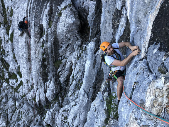 """Sl 1; 7; im Hintergrund ein Kletterer im """"Jubiweg"""""""
